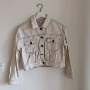 Vit croppad jacka i jeanstyg från zara🤍🤍🤍 köpare står för frakt🌷