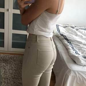 Säljer ett par skitsnygga beiga jeans som tyvärr inte kommer till användning för mig längre. Jag på bilden är 172cm lång och har vanligtvis S i byxor🤎 Midjemått:69cm Innerbenslängd:73cm (27/30) Tveka inte att fråga om det är något ni undrar🌷