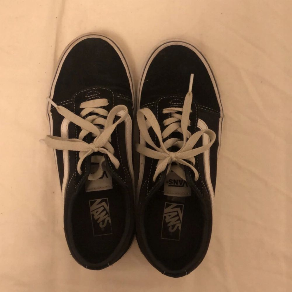 Säljer mina vans skor då de inte kommer till användning. Sparsamt använda och i bra skick. Säljer för 250 kr inklusive frakt. Skor.