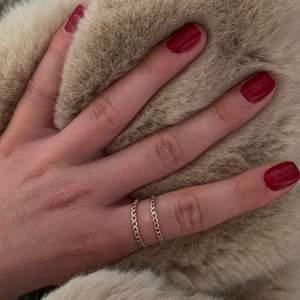 Säljer dessa helt oanvända guld ringarna (INTE ÄKTA GULD). Vet inte exakt vilken storlek skulle gissa på S/M. Säljer för 10 kr styck. Köparen står för frakten!