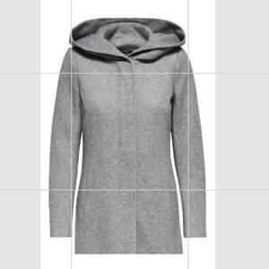 En jätte fin jacka/ kappa från Vero Moda med två fickor och en luva❣️