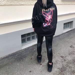 Säljer dessa svarta blanka skinn leggings från Bikbok. Använda ett antal gånger, skinn har försvunnit på ett ställe (se bild 3) dock på ett ställe där man inte ser de. Storlek M men skulle mer säga att de är XS/S. Nypris 250kr, säljer de för 50kr+ frakt.