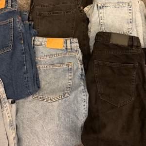 Säljer nu alla mina monki jeans i modellen yoko i färgerna mid blue, black, light blue och classic blue. Säljer även en par andra jeans som ser och sitter exakt som Monkis black washed jeansen fast köpta från h&m. Strl är S/26/27 skulle passa en större xs. Säljer pga att jag inte får andvändning för dem samt i fel storlek💕 200kr st