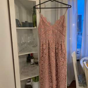 En helt underbar klänning från Gina tricot, den är helt slutsåld och var väldigt populär. Tyvärr så är den för liten för mig. Vid snabb affär så kan jag tänka mig 250kr
