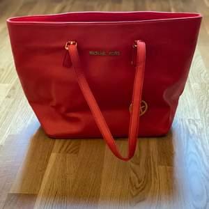 Röd väska (FAKE!)