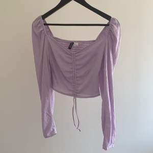 Superfin lila tröja o trendig modell, köpte i somras på H&M, men tröjan kom aldrig till användning. Färgen är mest rättvis på bild 2. Eftersom där är band i mitten på tröjan är fett lätt att justera hur man vill att tröjan ska sitta.