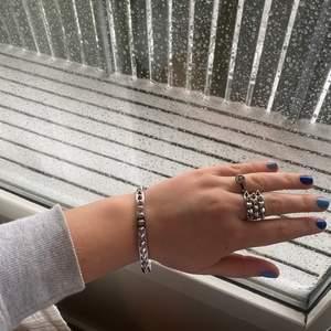 Ett stelt armband i silver från Edblad med nitar. Nypris 449kr, aldrig använd så i perfekt skick! Pris kan diskuteras