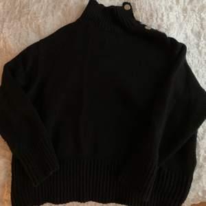 Svart stickad tröja från zara i storlek S. Använd fåtal gånger med normalt slitage. Gulddetalj på kragen i form av mynt-liknande knappar.