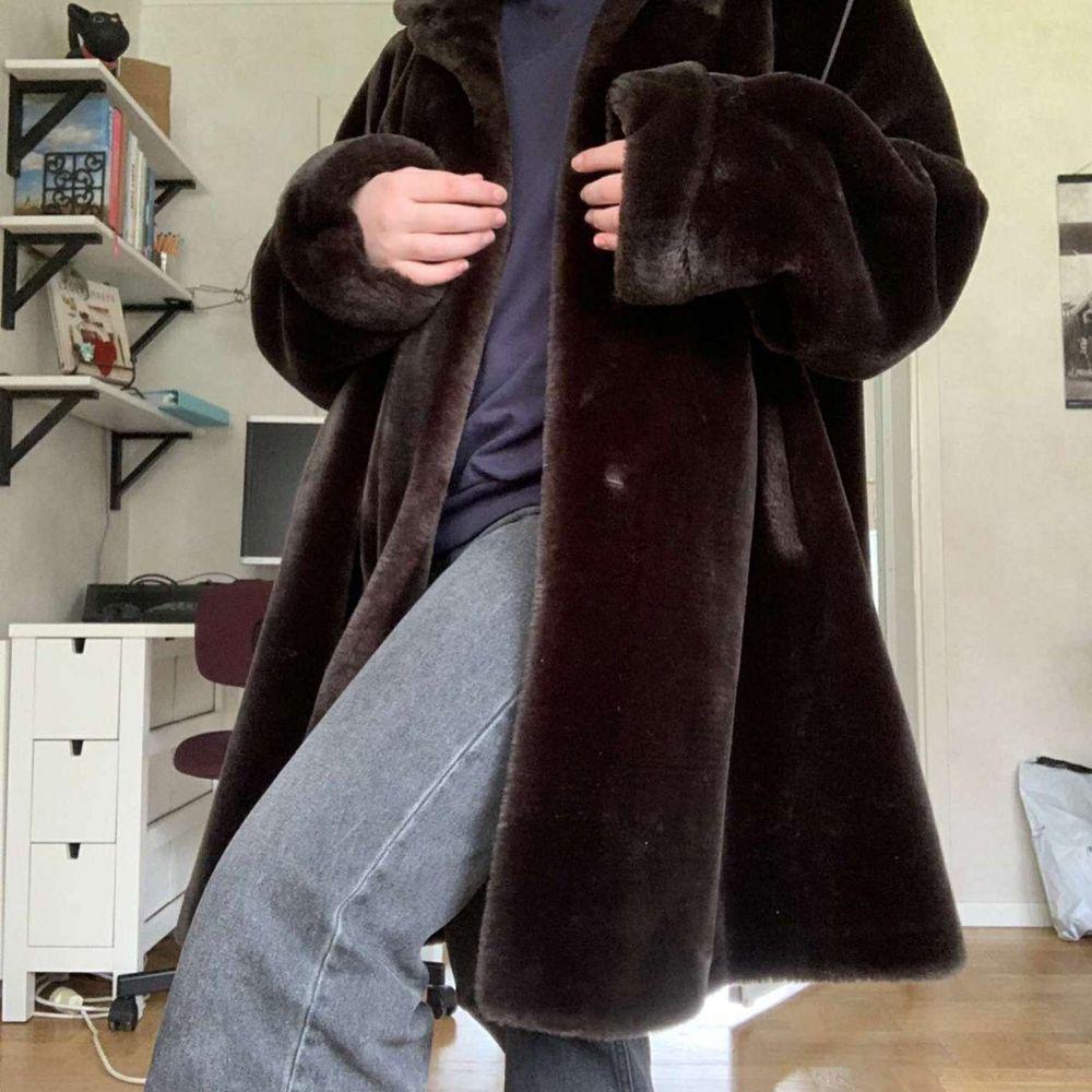 En stor brun pälsjacka/kappa i fint skick. Ganska oversized skulle jag säga. Köpt 2nd hand (Gengåvan) men ursprungligen från Köpenhamn. Säljer åt en vän som inte tkr den passar hennes stil❣. Jackor.