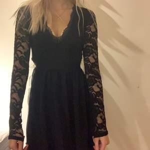Svart klänning med spetsdetaljer från Nelly. Finns en dragkedja på sidan. Köparen står för frakten💟💟