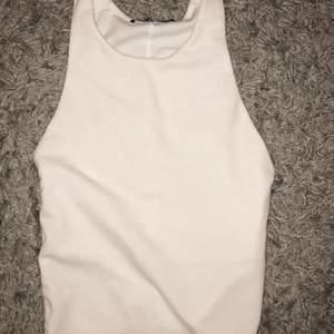Säljer mitt vita linne från zara, köpte det här på Plick och då var toppen ny med prislappen kvar har användt den typ 2 gånger sen dess 🤍🤍