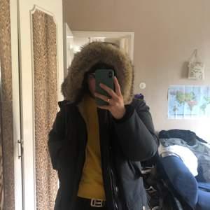 Säljer min Woolrich jacka, då jag inte använder den längre. Jag har använt den en vintersäsong förra vintern. Inga defekter på jackan och den är ÄKTA. Hör av er vid intresse för fler bilder.