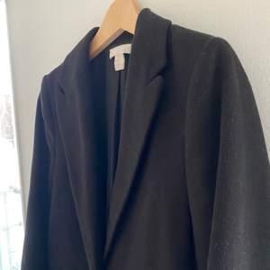 🖤 Svart lång kappa från H&M, fint skick!                                                   🖤 Storlek: 38                                                                             🖤 Material: 100% Polyester