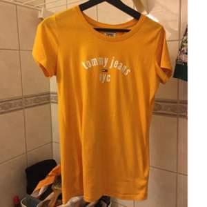 Lite använd tisha i en fräsch gulfärg från Tommy Hilfiger. En M enligt storlekslapp men skulle säga den passar allt från XS-M