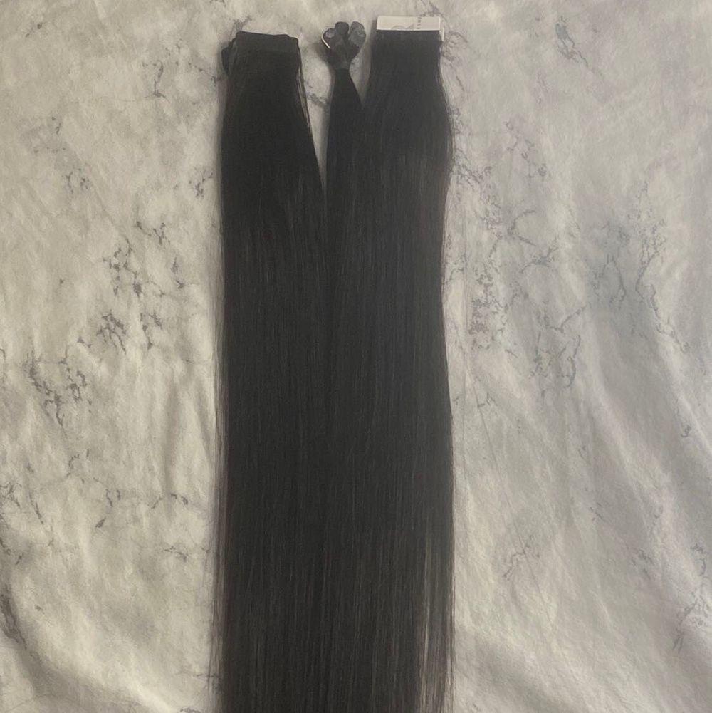 """OBS: Det är tre olika löshår!!    Bild nr 1 - tejphår 30 cm i i färgen """"blackbrown"""" 8 set    bild nr 2 - clip on löshår 35 cm brunt hår, 7 delar.    bild nr 3 50cm långt, 45 bitar i färgen """"blackbrown"""". Skriv för mer info gällande håret! Skicka även prisförslag . Övrigt."""