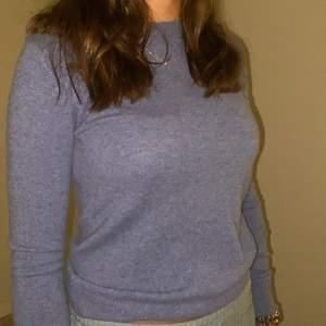 Säljer denna kashmir tröja från uniqlo, använd ett antal gånger men inget som märks, väldigt bra skick😇