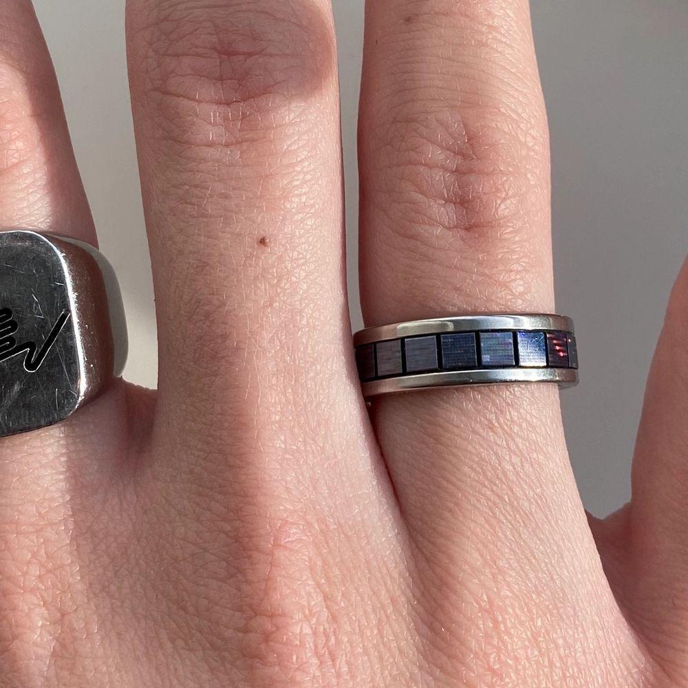 Super cool silvrig ring som reflekteras i solen 🤍 Ringen är mörkgrå men skiftar lite i blått. Har haft ringen i några månader men endast använt den 1-2 gånger. Har likadana ringar i andra färger som jag använt vid flera tillfällen och de har aldrig färgat av sig osv🤍 ringen är 17mm i diameter🤍. Accessoarer.