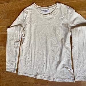 Beige, långärmad tröja från weekday i storlek S. Endast använd ett fåtal gånger.