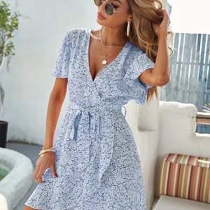 Ljusblå blommig klänning från SHEIN. Klänningen är helt felfri, men säljer den pga fel storlek. Det står strl M, men passar både S/M.  Budgivning vid fler intresserade.💙 (bilden är tagen i dåligt ljus så klänningen ser mörkare ut än vad den är)