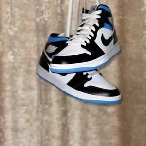 Jordan 1 Mid University Blue. Storlekar: 37.5, 38, 38.5, 39