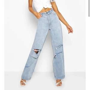 Skitsnygga och trendiga blåa jeansen med hål från bohoo i stl 38. Bra skick då jag bara använt de en gång. Säljer de pågrund av att de är lite förkorta för mig, som är 175. Köparen står för frakten:)