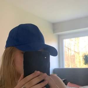 Säljer min snygga blåa keps, perfekt inför sommaren. Vet inte vart exakt den är köpt tyvärr. Går att spänna där bak. Skriv för fler bilder 💙
