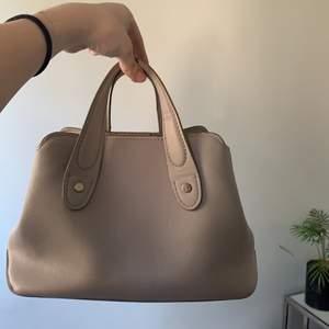 En handväska köpt på Zara som inte används längre. Mycket väl skick då den använts sällan. Kontakta mig för fler bilder! ☺️🤍🤍