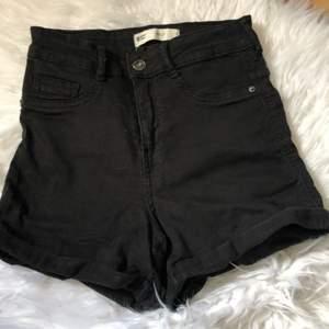 Säljer ett par jeansshorts från ginatricot, de är stretchiga och formar kroppen jättefint. 🤍