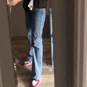 Säljer mina zara jeans i strl 38. De är högmidjade och ända ner till golvet på mig som är över 170cm lång.