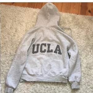 Kofta från UCLA i storlek S,har någon liten ljus fläck på armen så be om att få se den annars fint skick, storlek S