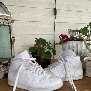 !!KÖP DIREKT FÖR 1000kr!!                                                        Sååå snygga vita Jordans i storlek 38. Bra skick men har lite cracks. Har tyvvär inte kvitto eller box, men de är äkta!      800kr eller bud, buda endast ifall du kan betala det du budar.  Högsta bud: 900