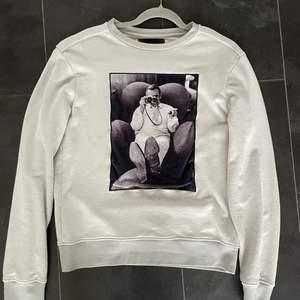 En ljusgrå sweatshirt från limitato i väldigt fint skick som bara använts ett fåtal gånger.