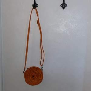Orange väska i form av en blomma