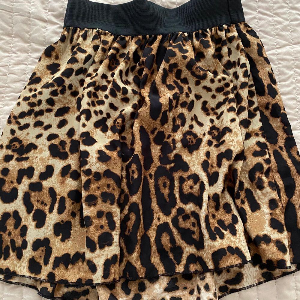 En fin leopard kjol använd endast 1 gång.. Kjolar.