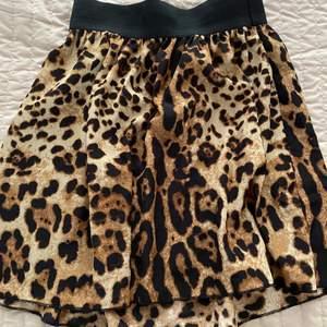 En fin leopard kjol använd endast 1 gång.