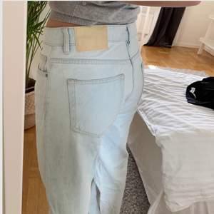 Säljer dessa ljusblåa jeans från zara, storlek 38 men passar mig som vanligtvis har 36! Knappt använda, pris kan diskuteras💕