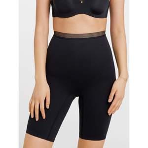 Svarta biker shorts/cykelbyxor från triumph shapewear i storlek S. Riktigt tjockt material i bra kvalitet som håller in och formar rumpan och magen. I nyskick då jag beställde fel storlek. Nypris 399kr.