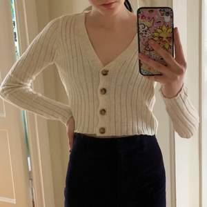 Kofta/tröja från Urban outfitters storlek xs. Nypriset va 480kr säljer för 50kr + frakt, använd typ två gånger❣️