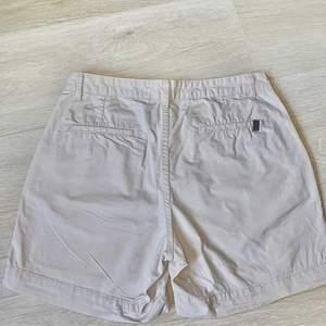 Dehär är ett par oanvända chinos shorts från lager157 som är köpta för ca 2år sedan, skulle säga att de är ett par väldigt stretchiga chinos och inte så tajta över varken lår eller rumpa.