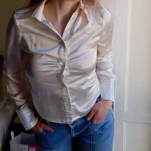 Jättehärlig sidenliknande skjorta/blus. Storlek 36. Kan mötas upp i centrala stan eller frakta❤