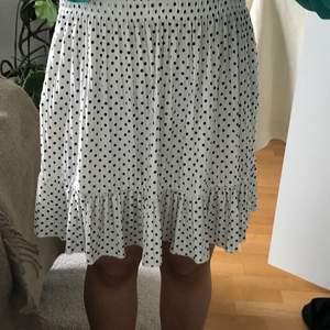 Intressekoll på min fina ZARA  kjol. Är sparsamt använd och bra skick och säljes endast vid bra bud💞💞💞 Andra bilden  är lånad men kjolen är likadan:) Buda i kommentarerna🥰 Bud på 170💞 Köp direkt för 270:)