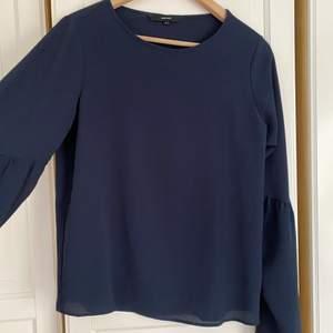 Marinblå blus från Vero Moda med vida ärmar. Storlek S, men kan nog också kunna passa någon som vanligtvis har M.