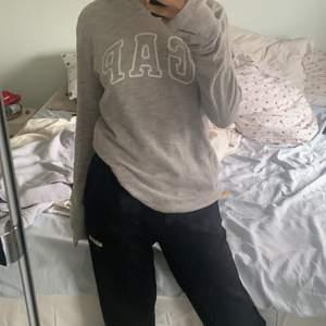 En superfin GAP hoodie som jag aldrig har använt eftersom att jag redan har en likadan. Jag har storlek xs/ s och denna sitter oversized på mig så skulle säga att den motsvarar storlek m! (120+ frakt)