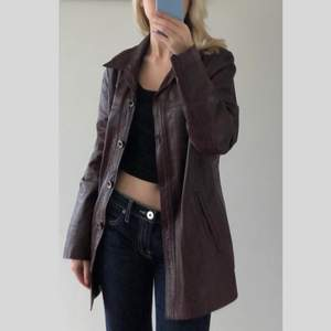 Cool vinröd/brun vintage äkta läderjacka i storlek 44 som är köpt secondhand, 240kr + frakt 🔮