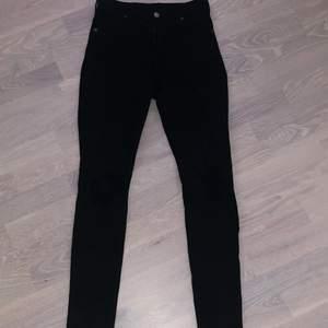 Ett par svarta håliga högmidjade skinny jeans i strl M. Kommer från Asos och normalt stretchiga. Kommer inte till användning längre✨ (Frakt tillkommer)