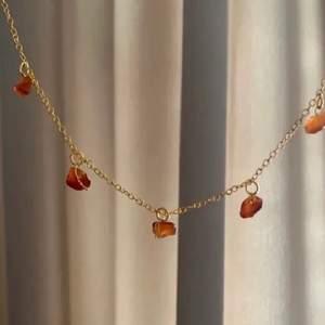 Kort guldigt halsband med äkta karneol!🧡