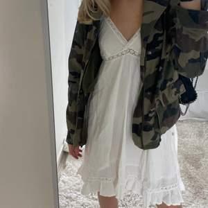 Vit halterneck klänning i bomull men samma finess som linnetyg, helt oanvänd🤍🤍 perfekt till sommaren