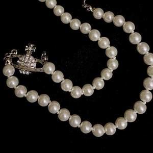 Säljer mitt favorit pärlhalsband från Vivienne Westwood som är helt ny (kopia). Säljer igen pga oseriös köpare!