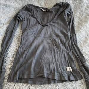 Säljer en långärmad Odd Molly topp i en snygg mörkgrå färg. Har varit min favorittröja men har inte använts på länge därför säljer jag den nu, tröjan är i väldigt bra skick och kvalitet. Är i storleken 0 vilket motsvarar XS men passar även en S. Köptes ny för ca 800kr.
