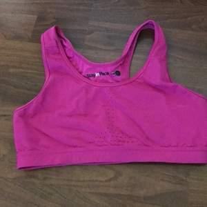 En sport-bh i färgen rosa den är en M passar både en A/B kupa💕